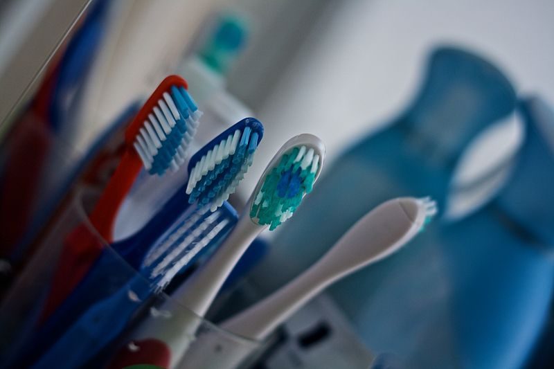 800px-Toothbrushes